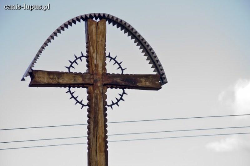 Krzyż na cmentarzu w Bieździedzy