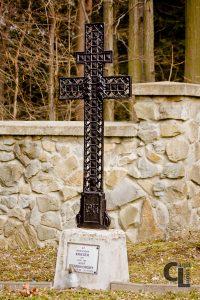 Krzyż patriarchalny w tej formie obecny również na Cmentarzu wojennym nr 101 w Libuszy i Cmentarzu wojennym nr 103 w Pagorzynie (projektowanych przez Hans Mayra) z tabliczką nagrobną 37 żołnierzy rosyjskich i Józefa Cernohorskiego z 56 PP Armii Austro-Węgier